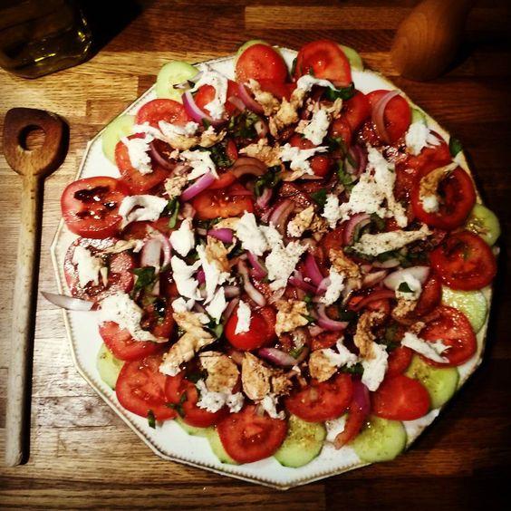 Salade de concombres,  tomates,  oignons et mozzarella di Buffala - #salad #salade #tomato #concombre #mozzarella #oignon #recette #healthy #healthyfood #recipe #homemade #yummy #carnetsgourmets #entree #tomate #summersalad #summer #ete