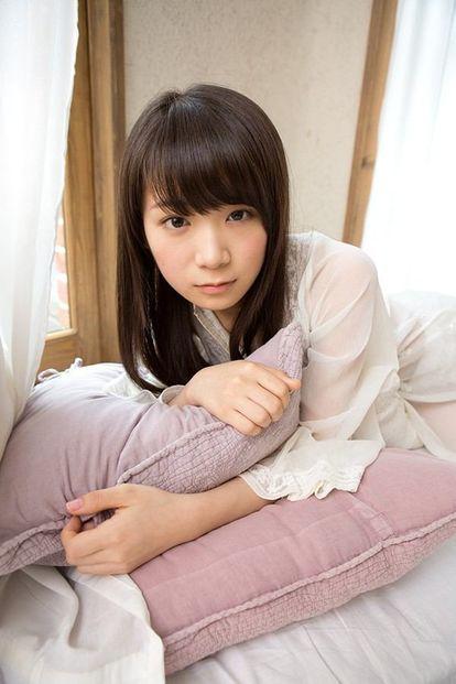 枕を抱きしめるかわいい秋元真夏