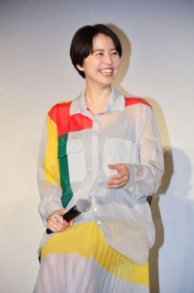カラフルなシャツの長澤まさみさん