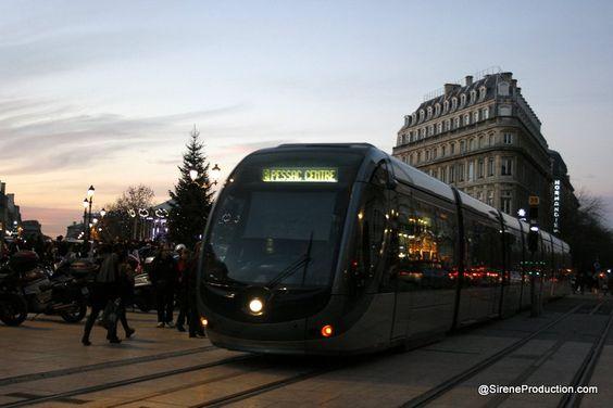 Transports en commun à Bordeaux: TBC. Le réseau des transports en commun est dense et dessert bien l'ensemble de l'agglomération bordelaise, la Communauté Urbaine de Bordeaux: la CUB.