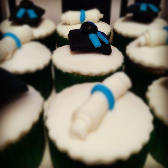 Cupcakes com motivos de formatura! www.essenciadebaunilha.blogspot.com