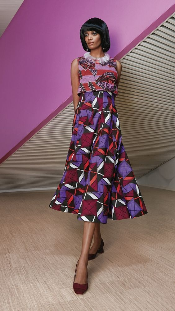 La 2ème collection de Vlisco pour cette année 2016 se nomme « Bright and Beautiful ». Le violet domine dans les imprimés de cette collection et cette couleur a aussi servi comme toile de fond pour le lookbook. On doit avouer que celui-ci manque un peu de peps, de cette créativité à laquelle Vlisco nous a habitué ...
