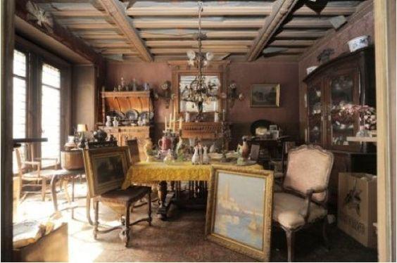Nach 70 Jahren betrat zum ersten Mal ein Mensch eine verlassene Wohnung in Paris. Schockierend, was er dort fand.