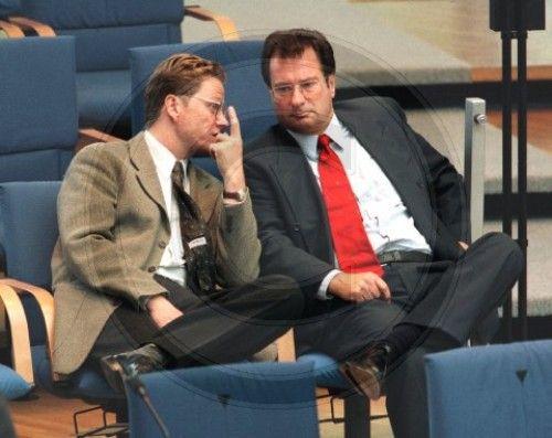 FDP-Generalskretaer Guido Westerwelle im Gespraech mit Bundesaussenminister Klaus Kinkel, FDP, anlaeslich der Abstimmung ueber das Sparpaket der Bundesregierung im Deutschen Bundestag in Bonn, 13.09.1996, © by photothek.net