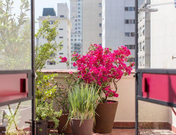 Varanda aberta com vasos de barro com ervas e flores, como a primavera