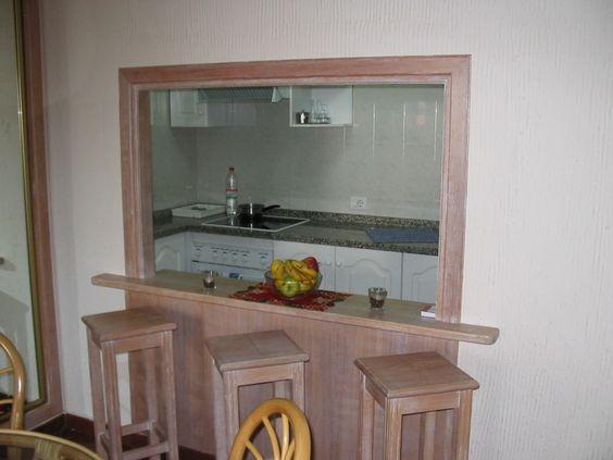 Durchreiche zur Küche - mit theke. Umrahmt mit Stein und granit ...