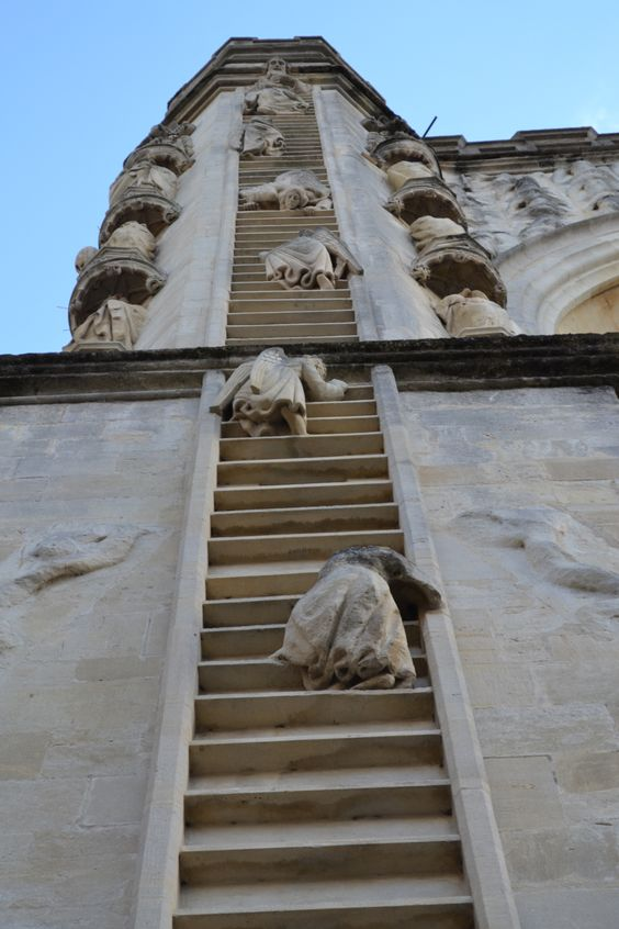 "View of the ""weeping angels"" climbing Jacob's Ladder, Bath Abbey - Somerset, England"