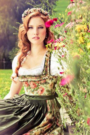 Rosendirndl Lena Hoschek. Dirndlkleid mit grüner Schürze