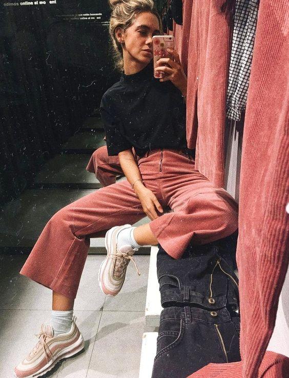 Rien de tel qu'une paire de runnings funky pour twister un pantalon en velours !