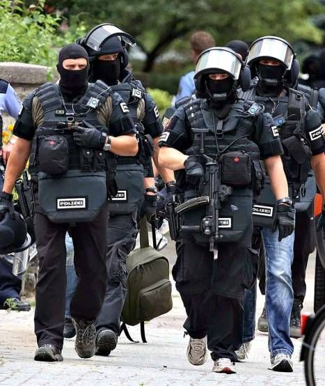 members of a German police special unit