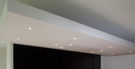 Zwevende luifel met indirecte verlichting en ingebouwde spots