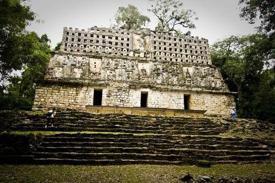Yaxchilán, Chiapas, México. O México tem uma grande variedade de ruínas espalhadas pelo seu território. Situado na região de Chiapas, perto da fronteira com a Guatemala, o sítio arqueológico de Yaxchilán é um dos mais belos e misteriosos do país.