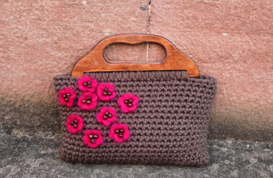 Crochet purse in taupe with bright pink flowers and by laurimuks