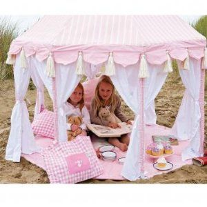 How cute is this tent. I could figure out how to make this! Super cute! Fun for summer days!
