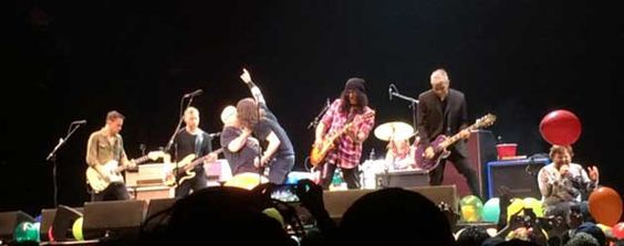 Dit zijn echt te veel muziekhelden op één podium, Markie kan het niet meer aan. De Foo Fighters met Tenacious D en Slash doen The Immigrant Song