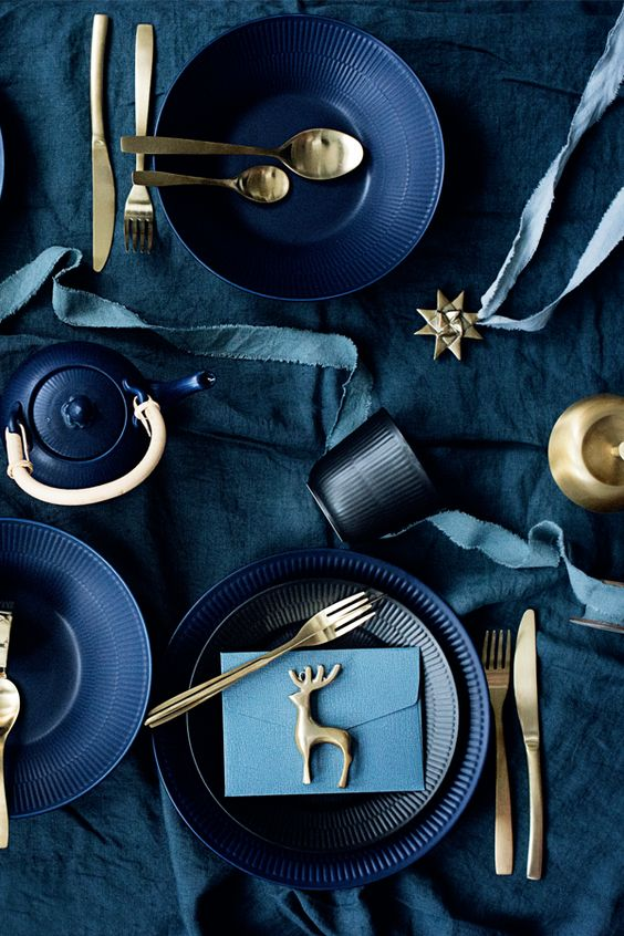 Blå og guld-tema i juleborddækningen for et simpelt nordisk, men alligevel stemningsmættet udtryk. // Blue and gold themed Christmas table setting.  #feminadk #christmas #juleborddækning #christmastable