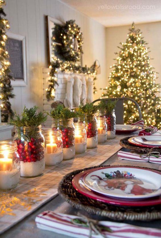 Une Table De Noel Traditionnelle Avec Un Centre De Table Diy A Faire Soi Meme En Recyclant Des Bocaux En Verre Deco Table Noel Decoration Noel Idee Deco Noel