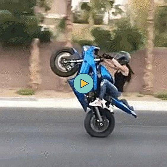 mulher empinando a moto