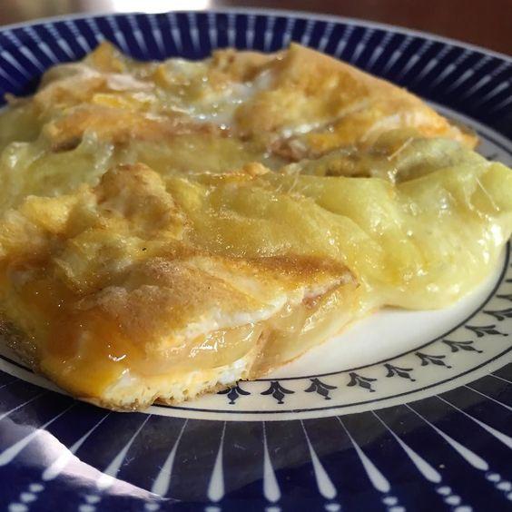 Ovo caipira (eu juro que a galinha usava bota chapéu e tinha um lencinho no pescoço) com queijo Capim Canastra (um dos queijos mais incríveis que existe)... Jogue o queijo na frigideira e deixe derreter até escorrer e tostar de leve jogue os ovos batidos tampe e deixe a mágica acontecer por mais 1 minuto... Tcharãã fica assim com textura croc por fora e cremoso por dentro... Combinação perfeita de proteína com gordura para começar o dia com um café da manhã forte o suficiente para apreciar…