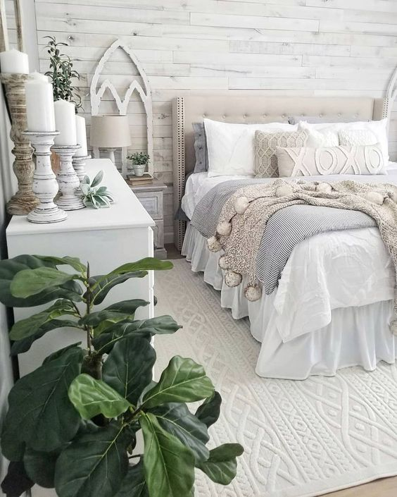 Winter blankets in a farmhouse bedroom @blessed_ranch - winter bedroom decor ideas this way!