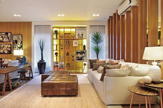 Espaço decorado por #quitetefaria para Mostra de Decoração da loja Design da Villa em Alphaville. Os detalhes que fazem diferença: puff, sofá,tapete, mesas laterais, abajour e estante com nichos.
