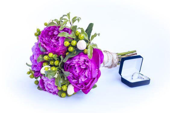 Ramo de novia de estilo vintage primaveral. Peonías-Hypericum