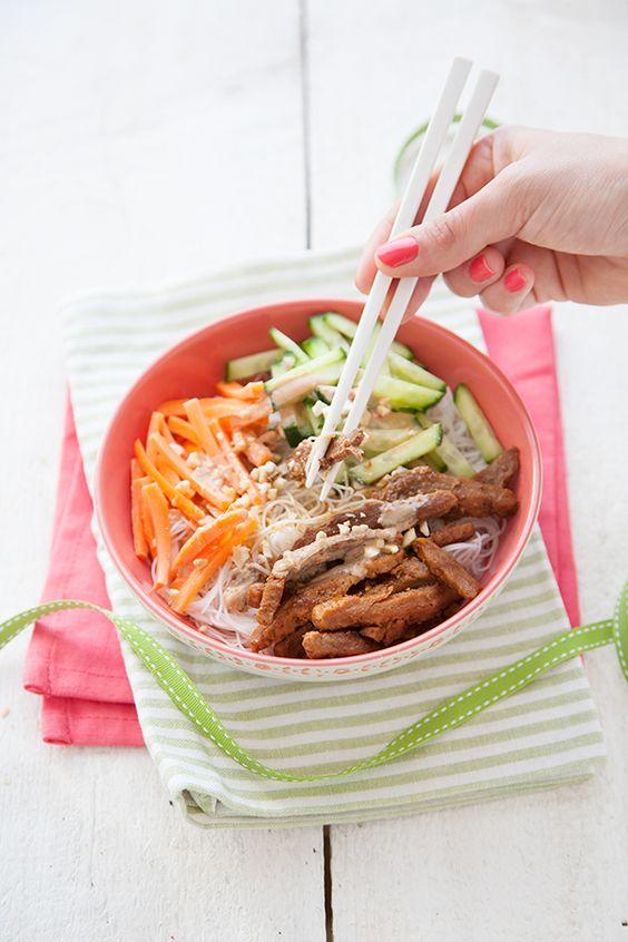 Bo Bun vegan (nouilles de riz, carottes, concombres, protéines de soja texturé, sauce beurre de cacahouète)