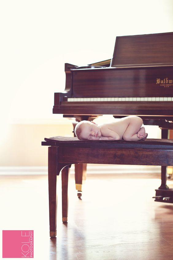Fotografia temática. Newborn rock. Inspirações para o Dia Mundial do Rock ou tema para papais e mamães músicos. #newborninspiration #newbornphotography #fotografianewborn #newborn #rockbaby