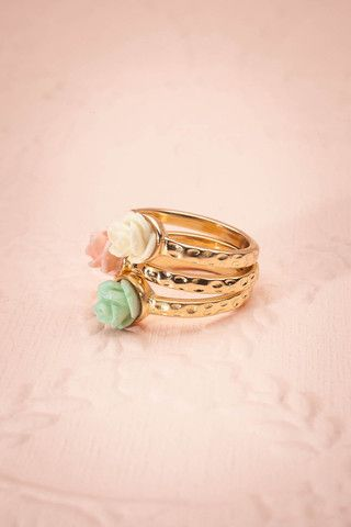 These three little roses brought to your finger will be the detail that will perfectly complete your outfit.