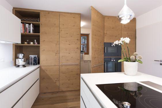 In der Küchenschrankwand integrierter Durchgang zur Speisekammer - küche in u form