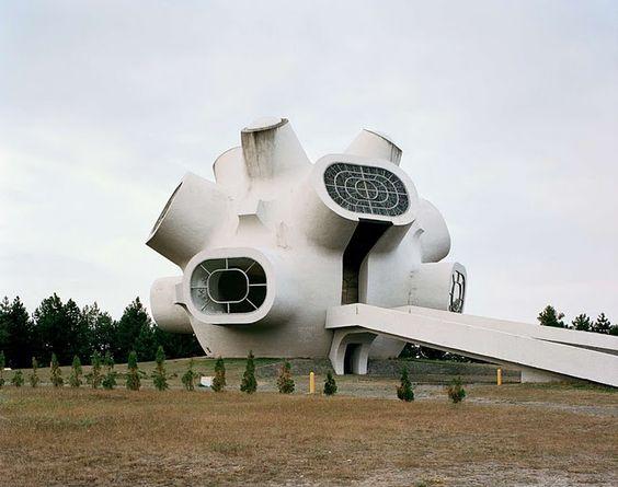 Détranges monuments en Yougoslavie Jan Kempenaers Monument Yougoslavie Sovietique 03 photographie art architecture