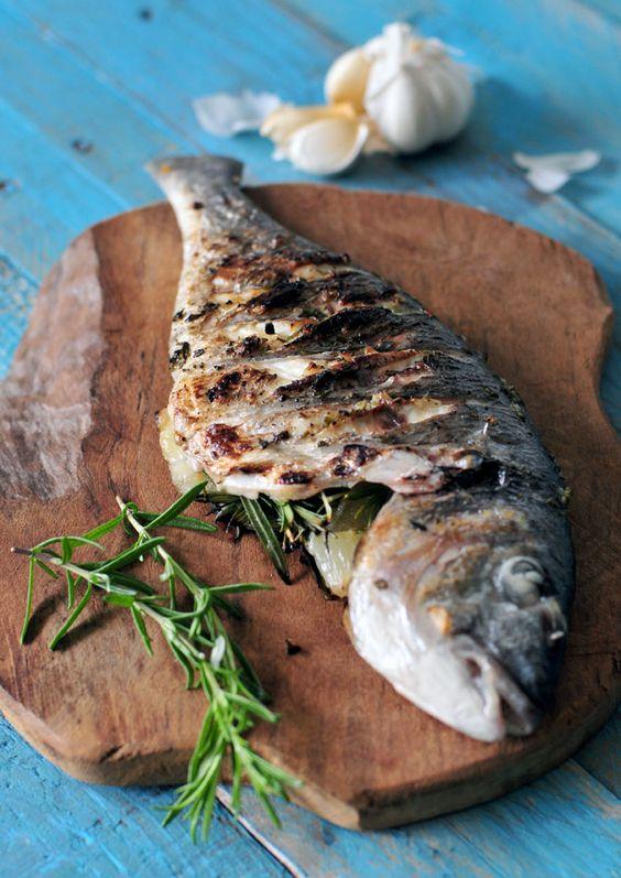 Dorade van de barbecue. Heerlijk en gezond vis recept van de barbecue. De dorade vullen we met rozemarijn, citroen en knoflook. Gezond visrecept van de barbecue