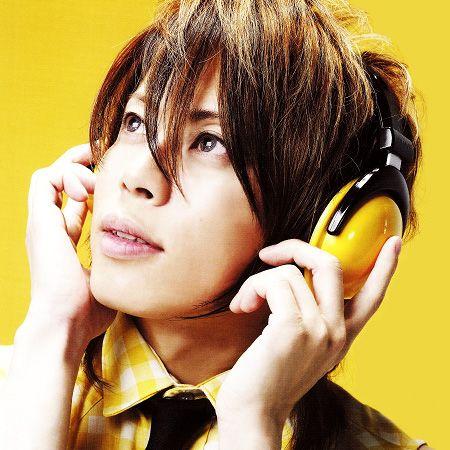 ヘッドフォンをつけた西川貴教