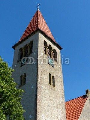 Kirchturm der evangelisch-reformierten Kirche vor blauem Himmel in Helpup bei Oerlinghausen in Ostwestfalen-Lippe