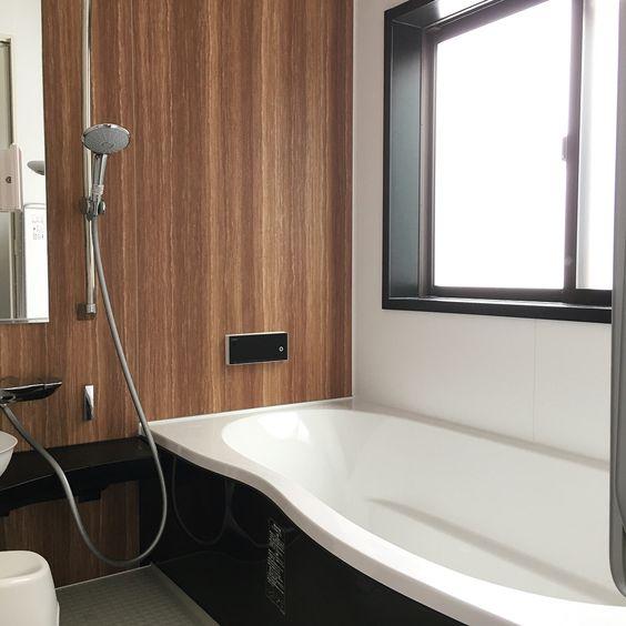 お風呂 いたって普通 すごく普通 リクシルはお風呂の窓枠は黒に