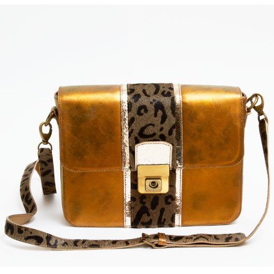 Bolsa metalizada em couro com estampa de onça da Lia Marchese. Leather metalic bag with leopard print by Lia Marchese.