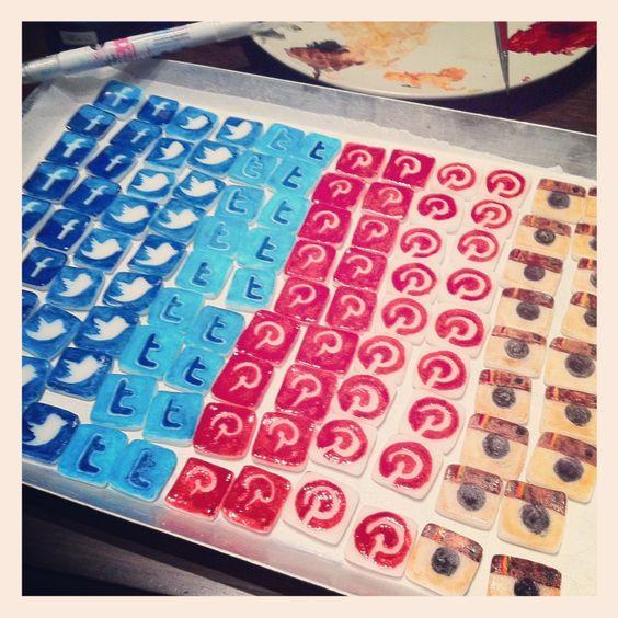 Decorazioni #Cupcake pronte!!! #MHB #MakeHandBuy #MakeHappyBirthdaytoSimo #SocialMediaMarketing #SocialMediaMuffin #cakedesign @simone del bianco