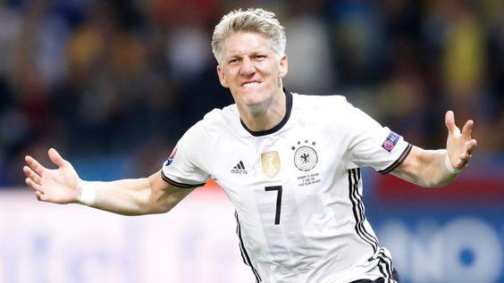 """Kapitän Bastian Schweinsteiger trifft beim Sieg gegen die Ukraine kurz nach seiner Einwechslung. Danach schwirrt ihm nur ein Wort durch den Kopf: """"Unglaublich!"""""""