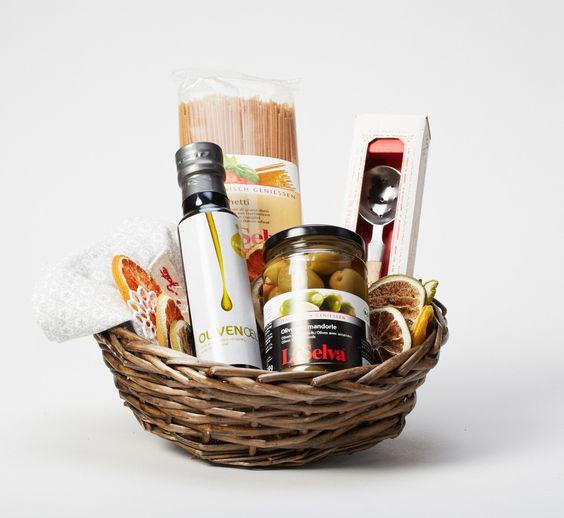 Fandler Olivenöl, Spaghetti, hochwertiges Geschirrtuch von Green Gate, Sieb-Löffel mit Abtropffunktion für Oliven & Co, im Geschenkkorb weihnachtlich verpackt.   Euro 39,-
