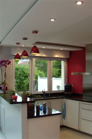 Cette cuisine fait partie d une maison saint maur des for Peinture pour plafond de cuisine