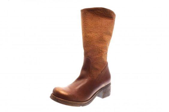 Dieser tolle Stiefel von Papuceii ist aus geprägtem Nubuk und Glattleder gefertigt. Ein leichter Goldschimmer-Finish vollendet den Stiefel.  Braun ist die Herbstfarbe...