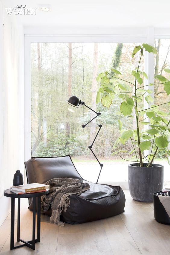 Stijlvol Wonen: het magazine voor warm-hedendaags wonen - ontwerp: Oscar V - fotografie: Sarah Van Hove #zithoek #leeslamp #blackwhite #kamerplant