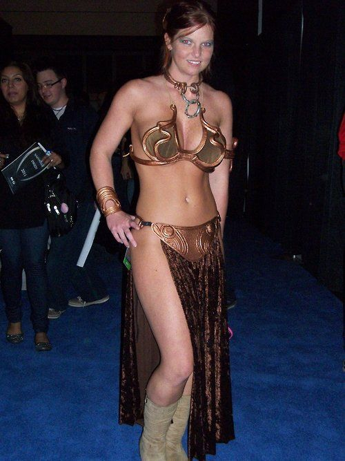 http://kosplayground.com/post/99057632328/leia-cosplay-at-nycc-2010-by-lenlenlen1-look