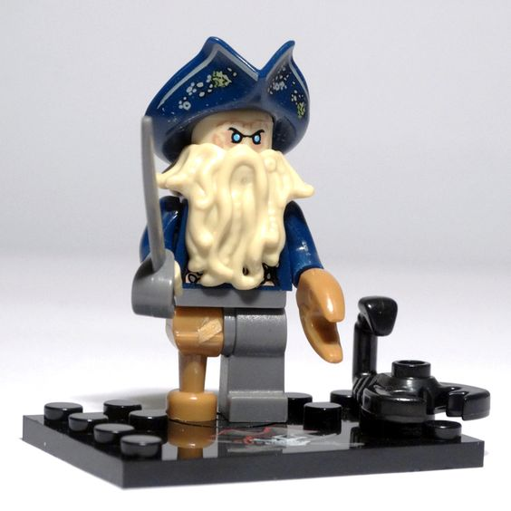 DAVY JONES (Pirates of the Caribbean) Esta minifigura refleja fielmente la maldición que sufrió el cuerpo de Davy Jones, convirtiéndolo en mitad hombre mitad pulpo. Los tentáculos de su rostro se asemejan a su cabello y barba y su brazo izquierdo es una gran y poderosa tenaza de cangrejo, así como su pierna derecha que es como una pata de crustáceo.