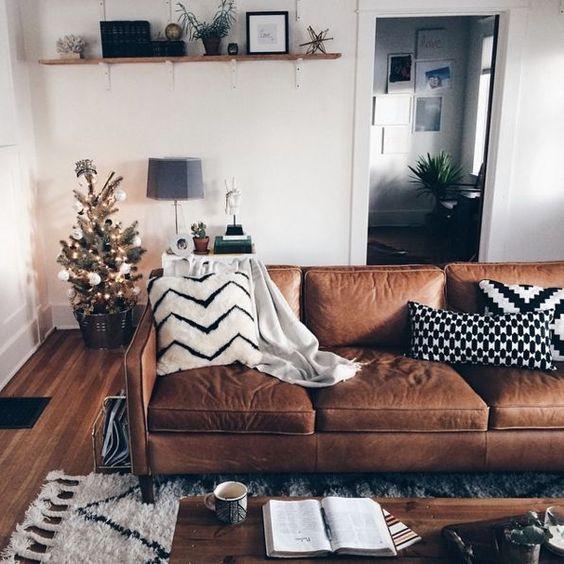 Trang trí phòng khách với sofa da tphcm màu nâu sang trọng