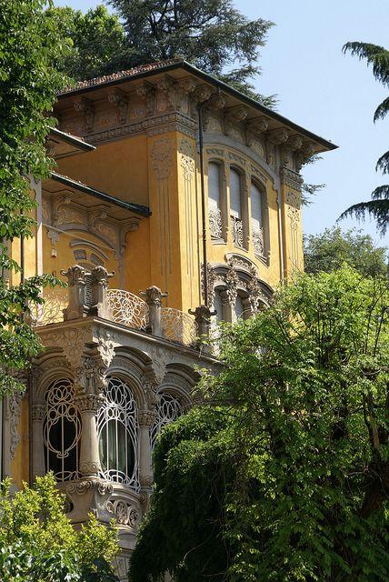 Turin ist neben Mailand die italienische Jugendstil-Hauptstadt . Die Kunstgewerbeschau von 1902 (Esposizione d'Arte Decorativa Moderna) im Valentino-Park der Stadt war ein ungeheuerer Erfolg und führte zur Manifestation des Jugendstils in Italien, wo man ihn als Liberty bezeichnet. In Turin waren vor allem die Architekten Fenoglio, Benazzo, Gribodo, Vivarelli, Gussoni und Velati Bellini mit ihren Bauten sehr erfolgreich.  Turin passt so gar nicht zu der Vorstellung, die man üblicherweise…