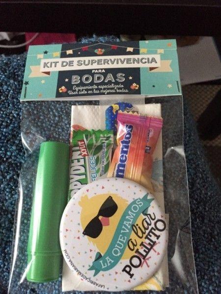 En la foto aparece el kit para chicas: -tiritas -imperdible -lima uñas -pañuelo para lagrimas de felicidad -omeoprazol -ibuprofeno El kit de los chicos: -mechero (comprados por internet) -chicle -toallitas refrescantes individuales (mercadona)