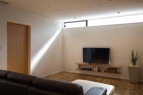 リビング 窓を天井いっぱいの高窓にすることにより 自然光をより