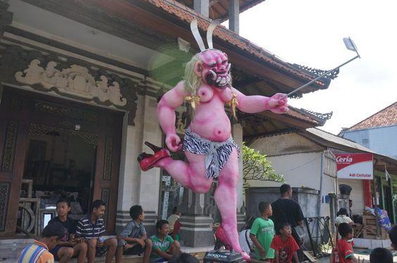Mit Ogoh-Ogohs thematisieren und kritisieren die Balinesen auch gerne gesellschaftliche Phänomene wie die Selfie-Manie.