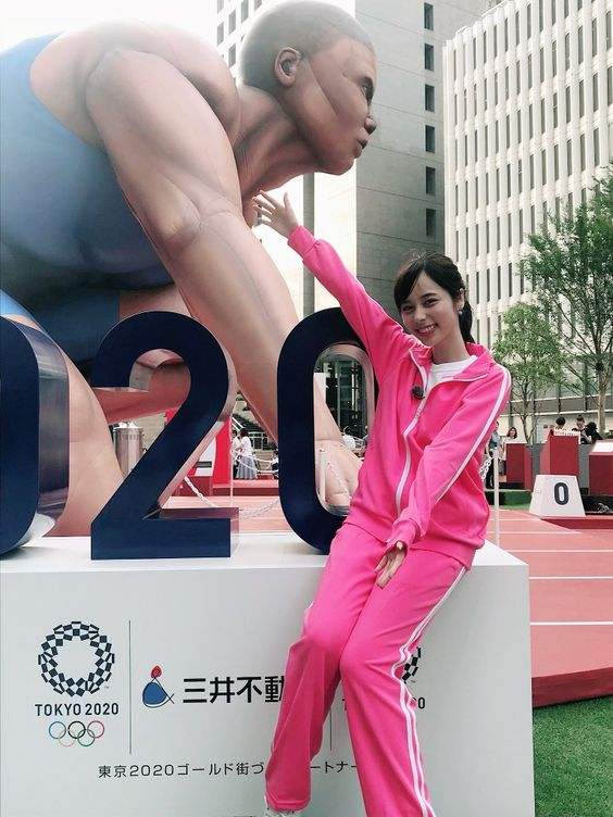 ピンクのジャージの山本萩子アナ
